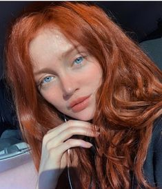 La imagen puede contener: 1 persona, sonriendo, primer plano - New Hair Beautiful Red Hair, Beautiful Redhead, Red Hair Color, Blue Hair, Red Hair Green Eyes, Color Blue, Cheveux Oranges, Peach Makeup, Makeup For Blondes