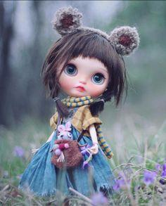 Wow que ternurita de munequita pasiando por el bosque Pretty Dolls, Beautiful Dolls, Blythe Dolls, Girl Dolls, Kawaii Doll, Poppy Parker, Bear Doll, Little Doll, Knitted Dolls