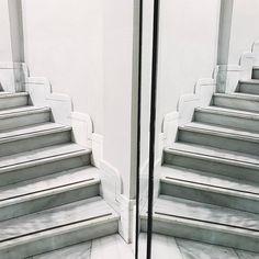 Aquí  #madrid #hallazgosemanal #primerolacomunidad #streetphotography #street #urban #urbex #city #architecture #architexture #archilovers #architecturelovers #architectureporn #archidaily #stairs #mirror #igersspain