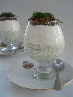 Pe masa din bucatarie: Salata cu branza, castraveti si somon la pahar