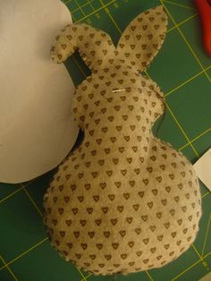 Ancora un po' di regali per Pasqua :arrivano i coniglietti. Stampare lo schema su un foglio A4 Appoggiare il cartamodello sul feltro messo doppio e fermarlo con le spille. Tagliare con le fo…