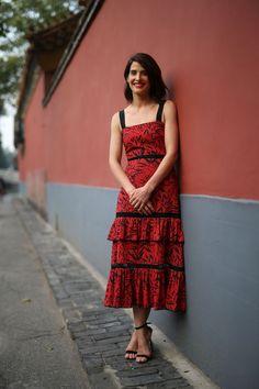 Impecable este look de la actriz Cobie Smulders con un vestido midi de tirantes y con volantes en rojo y negro. Lo firma Prabal Gurung.