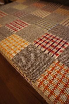 Pretty quilted weave on a floor room. Pin Weaving, Tapestry Weaving, Loom Weaving, Weaving Designs, Weaving Patterns, Make Do And Mend, Swedish Weaving, Spinning Yarn, Sampler Quilts