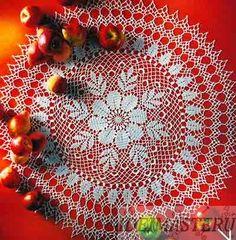 Салфетка круглая вязаная крючком, по центру красивый цветок и листья
