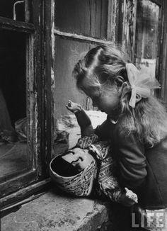 Множество винтажных кукол на старинных фотографиях изоражения
