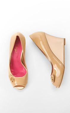 Lilly Pulitzer-Resort Chic Wedge Button in Sand. Come on Spring! Crazy Shoes, On Shoes, Me Too Shoes, Shoe Boots, Nude Wedges, Nude Heels, Colorful Shoes, Walk This Way, Swagg