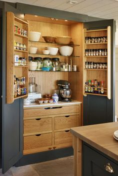 When you have to accommodate so much in a small kitchen, things become tough! But the solution lies in amazing and extremely effective small kitchen storage space management ideas that can work wonders for you. Smart Kitchen, Kitchen Pantry Design, Small Kitchen Storage, Interior Design Kitchen, New Kitchen, Kitchen Things, Kitchen Island, Kitchen Larder, Kitchen Organization