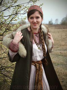 Another kokoshnik. Inside it's stiffened by a woolen felt while the emroidery is made from 100% silk thread. The pattern is inspired by a XI-XII century collar found in Karash village (Russia). http://jaromira-dalebora.blogspot.com.au/2014/04/kokosznik.html