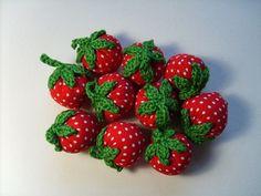 Erdbeere Erdeere Erdbeere Erdbeere  Hübsche Erdbeeren aus Baumwollstoff genäht, Blättchen und Stiel sind aus Baumwollgarn gehäkelt.    Eine sehr schön