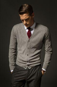 British Lord: Fotografia ホワイトシャツに、明るめのグレーにワインのネクタイ。この色の組み合わせは貴族的で、かつすっきりして見える。