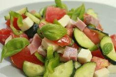 Salata asortata de legume cu bacon si branza - Culinar.ro Caprese Salad, Fruit Salad, Cobb Salad, Sandwich Cake, Hors D'oeuvres, Best Appetizers, Savoury Cake, Food Design, Fun Desserts