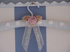 CEINTRE SHABBY EN LAINE CROCHETEE BLANC+ ROSES BEIGE ET ROSE EN LIN : Meubles et rangements par damebrocantine