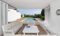 Patio, Piscina style moderno color marron, blanco diseñado por EmiliSánchez_interiors   Interiorista
