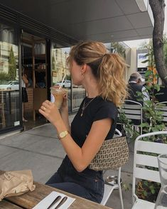 Your personal guide to a long weekend in Los Angeles, including trendy places for food, coffee, shopping and sightseeing. aesthetic bag Best Coffee in LA! Summer Outfits, Casual Outfits, Cute Outfits, Look Fashion, Fashion Outfits, Fashion Women, Fashion Tips, It Bag, Foto Casual