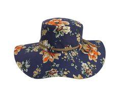 Chapéu com aba bem larga e estruturada, ideal para o sol , em tecido floral com detalhe de passante em V, cordão caqui e aba interna caqui. Exclusividade Casa do Chapéu.