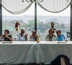 le donne, invece, fanno festa a tavola dove scambiano chiacchiere e risate...