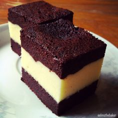 A marvelous recipe that I've wanted to try out since my trip to Bandung, Indonesia in May. Brownie kukus is made famous by a bakery in Bandung. I bought some from Amanda Brownies in Bandung a… Layer Cake Recipes, Brownie Recipes, Snack Recipes, Dessert Recipes, Pastry Recipes, Dessert Ideas, Smoothie Recipes, Snacks, Brownie Cake