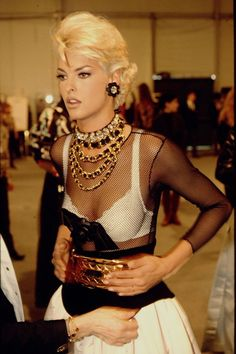 Linda Evangelista en backstage du défilé Chanel automne-hiver 1991-1992
