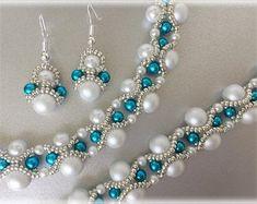 beads jewelry making Name Jewelry, Custom Jewelry, Jewelry Gifts, Diy Jewelry, Beaded Jewelry Patterns, Bracelet Patterns, Motifs Perler, Seed Bead Tutorials, Beaded Necklace