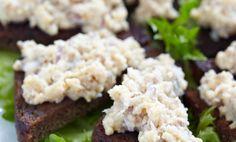En god gubbröra med ansjovis och ägg som är utmärkt som en förrätt eller till buffén.