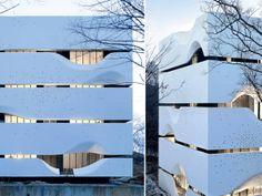 A arquitetura e o design da China contemporânea - Modernidade rural. Envelopada por faixas de concreto branco, que revelam corredores abertos e amplas vidraças, a casa projetada pelo AZl Architects descortina a paisagem pelas curvas suaves, referência aos antigos pergaminhos.