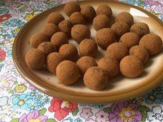 Deze suikervrije truffels zijn gemakkelijk te maken en nog lekker ook. Ideaal voor de regenachtige dagen dit komend weekend! Ingrediënten (voor ongeveer 16