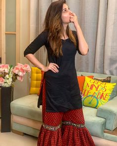 Hina Altaf Khan wearing beautiful gharara with plain shirt Simple Pakistani Dresses, Pakistani Fashion Casual, Pakistani Dress Design, Pakistani Outfits, Stylish Dresses For Girls, Stylish Dress Designs, Designs For Dresses, Casual Dresses, Stylish Dress Book