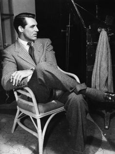 'Everybody wants to be Cary Grant. Even I want to be Cary Grant.' Cary said that because he understood the adoration, and didn't take it seriously. Golden Age Of Hollywood, Vintage Hollywood, Hollywood Glamour, Classic Hollywood, Hollywood Picture, 50s Glamour, Hollywood Men, Hollywood Style, Cary Grant