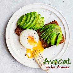 Empieza tus mañanas con este delicioso desayuno pan integral + aguacate + huevo ¡Idea rica!#avocatacacias #aguacatehass #consumemashass