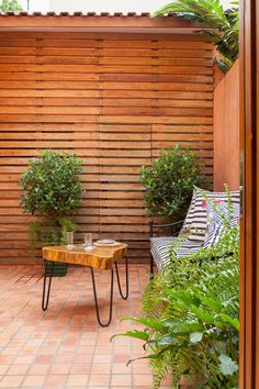 Patio madera y terracotta. Small And Cheap Garden Ideas, Small Porches, Deco Addict, Charming House, Outdoor Furniture Sets, Outdoor Decor, Fence Design, Garden Spaces, Cottage Style