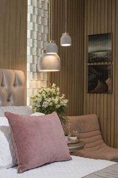 O Pendente Stove é uma dica incrível para deixar qualquer ambiente mais estiloso. Por ser um pendete com o corpo em cimento, ele traz uma rusticidade e transforma qualquer espaço. Aqui nesse quarto ele ajuda a compor a paleta de cores rose e junto com os demais artigos de decoração deixa o ambiente super aconchegante.