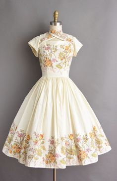 The post Beautiful vintage dress. appeared first on Vintage ideas. Pretty Outfits, Pretty Dresses, Beautiful Dresses, Jw Moda, Vintage Outfits, Vintage Fashion, Vintage Dresses 50s, Fantasy Dress, Kawaii Clothes