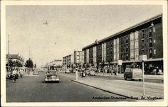 Burgemeester de Vlugtlaan met levendig straatbeeld, auto's, fietsers, brommer en tramhalte, de HEMA. 1950-1960