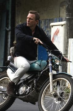 Daniel craig James Bond - Quantum of Solace More Celebrities on motorcycles Daniel Craig James Bond, Daniel Craig Style, Craig 007, Craig Bond, Style James Bond, Estilo Cafe Racer, James Bond Watch, Bond Cars, Trial Bike