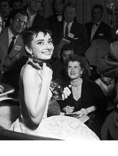 26ème cérémonie des Academy Awards, 1954 : si le film de Fred Zinnemann, From Here to Eternity, est nominé treize fois en remporte les Oscars du meilleur film, meilleur acteur dans un second rôle, meilleure actrice dans un second rôle, meilleur réalisateur, meilleur scénario, meilleur cinématographie, meilleur son et meilleur montage, la salle acclame la jeune actrice Britannique Audrey Hepburn, meilleure actrice pour son rôle dans Vacances Romaines.