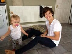 harry styles harry and lux harry and baby luz baby lux one direction . Harry Styles Baby, Harry Styles Mode, Harry Edward Styles, Baby Lux, One Direction Imagines, 1d Imagines, One Direction Harry, Harry Styles Imagines Darcy, Luke Hemmings