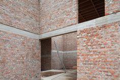 oude gevelsteen, grijs gevoegd, zichtbare balken mooie woning van Blaf