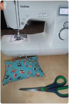 Speldenkussentje naaien (3) Purse Patterns, Sewing Patterns, Crochet Fruit, Cute Crochet, Map Quilt, Popular Crochet, Crochet Shell Stitch, Quilt Tutorials, Amigurumi