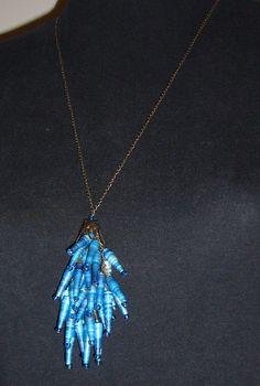 Pingente de papel: canutilhos de papel pintados com ecoline azul com miçangas e ferragens em ouro velho.