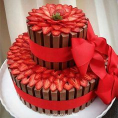 Kit Kat cake adorned with fresh strawberries Pretty Cakes, Cute Cakes, Beautiful Cakes, Yummy Cakes, Amazing Cakes, Cake Cookies, Cupcake Cakes, Decoration Patisserie, Fancy Cakes