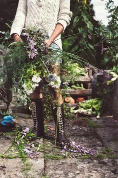 a wild bouquet of flowers Beautiful Gardens, Beautiful Flowers, Mundo Hippie, The Secret Garden, Garden Inspiration, Countryside, Flower Arrangements, Garden Design, Bloom