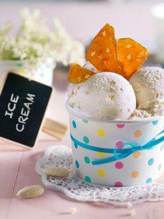 Das Eis mit Joghurt, Holunderblüten, Mandeln und Karamell ist zum Dahinschmelzen! #Holunderblüten #Joghurt #Mandeln #Karamell #Eis #Rezept