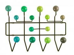 Portemanteau design hang it all  Porte manteau avec  boules de bois aux couleurs vives quiremplacent les simples patères.  Structure : fil d'acier laqué vert, boules : bois, laqué en dégradé de vert.  Designer :CHARLES & RAY EAMES Marque :VITRA Couleur :VERT Dimensions : L 50,5 H 37 P 17 cm  #Jbonet #design #Vitra