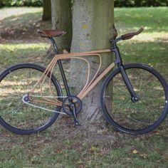 Ce vélo a fait couler beaucoup d'encre il y a quelques mois et je dois avouer qu'il était difficile de ne pas vous le présenter et rédiger quelques lignes à son sujet. Niko Schmutz est à l'origine de ce petit bijou à deux roues.  Étudiant à l'École de Design de l'Université de Pforzheim en Allemagne, Niko a choisi le bois et plus particulièrement de fines couches de placage de hêtre pour former les trois pièces qui composent l'armature du vélo. Le bois n'a pas été sélectionné par hasard...