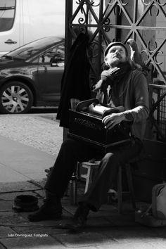 """""""De la Tour"""" -- Algo de su tiempo nos regaló este músico en el Mercado de Bolhao de Oporto. Un instante en un hermoso día soleado."""
