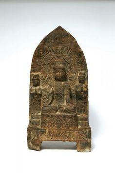 CHINE - Epoque TANG (618-907) Stèle en calcaire, bouddha assis en dhyanasana sur une base rectangulaire, les mains en abhaya mudra (geste de l'absence de crainte), accompagné de ses deux attendants. La mandorle sculptée en léger relief d'une fleur de lotus ornée de perles. (Restaurations). H. 69 cm.