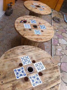 Bobinas/mesas. 1m de diâmetro, azulejos pintados e aplicados, pés de rodízios. R$ 390,00 (1 mesa).  #carreteldefio, #bobinademadeira, #mesaprapiscina, #decorarcriar, #recycle, #reinventar, #gravatá