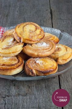 Delicious Swedish cinnamon bullar go well with a large cup of tea. Recipe for 30 cinnamon rolls, ready in 1 hour and 10 minutes. Gluten Free Donuts, Gluten Free Pumpkin, Swedish Recipes, Sweet Recipes, Yummy Recipes, Gluten Free Chocolate, High Tea, Cinnamon Rolls, Tray Bakes