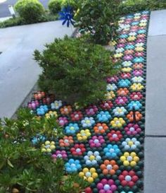 Golf art, golf decorations, lawn flowers, golf balls painted into flowers, golf garden.Astounding Gorgeous 55 DIY Outdoor Garden Crafts Ideas to Make Your Garden More Beautiful goodsgn.These golf ball flowers are definitely heat and drought resistant Garden Crafts, Garden Projects, Garden Ideas, Garden Path, Diy Crafts, Decor Crafts, Diy Projects, Diy Garden, Rocks Garden