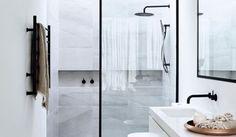 Tijd voor een grote schoonmaak in de badkamer? Met deze vier schoonmaak tips maak en houd jij je glazen douchedeur weer stralend!